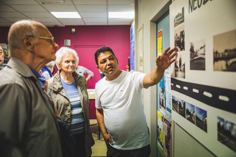Rifat Alci geeft een woordje uitleg bij de historische foto's van het Neuseplein.