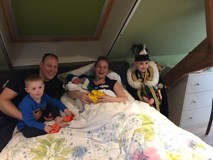 Moeder Janneke ligt in bed met carnavalsbaby Lars,  rechts Jeugdprins Milan d'n Urste en links  vader Sander en Luca.