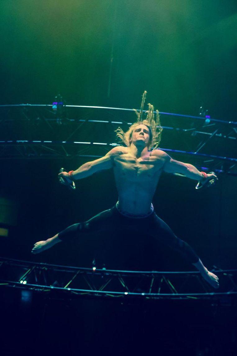 Nils tijdens enkele spectaculaire acts in de show van Franco Dragone.