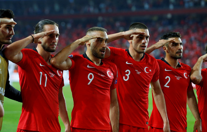 De Turkse spelers brengen een militair saluut na de goal van Cenk Tosun.