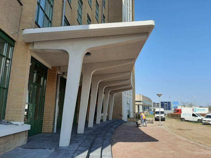 De nieuwe luifel is geplaatst aan de voormalige Philips Bedrijfsschool aan de Frederiklaan/Kastanjelaan in Eindhoven. Dit is een remake van de oorspronkelijke luifel voor het gebouw waar 440 appartementen in gemaakt zijn. Hier zit restaurant Loetje.