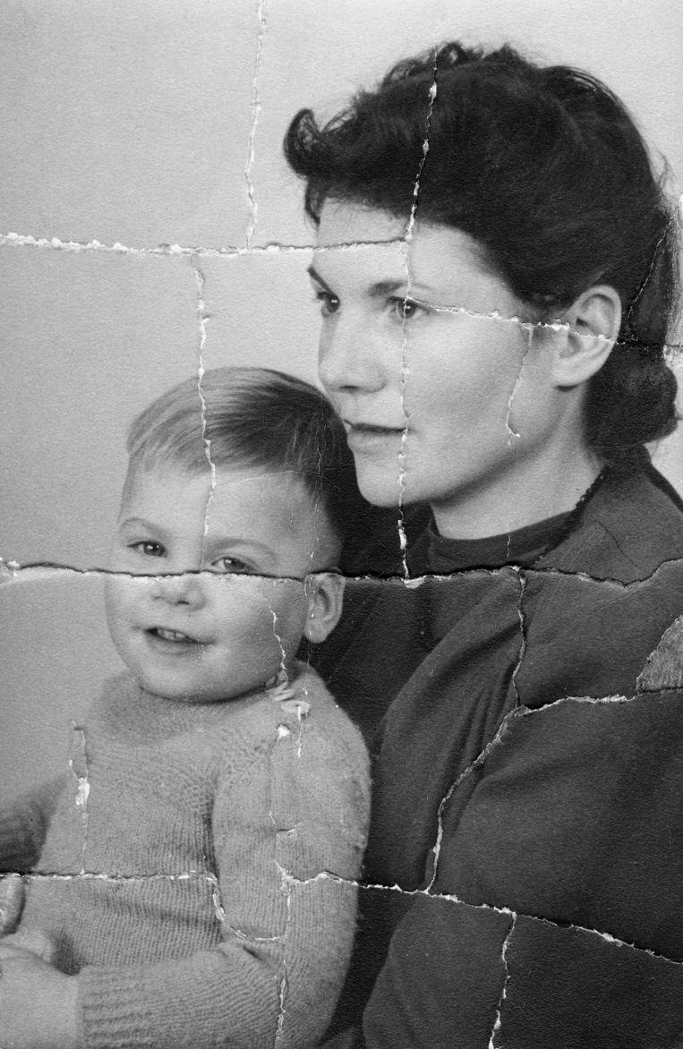 Foto van Ischa Meijer en zijn moeder, circa 1947, meer dan dertig jaar later door Ischa zelf verscheurd.  Beeld Collectie Jenny Arean