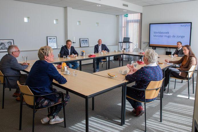 Minister Hugo de Jonge was Tweede Paasdag op werkbezoek bij zorginstelling Surplus in Zevenbergen.