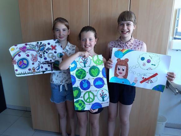 Leonie, Jana en Emilia met hun winnende tekeningen.