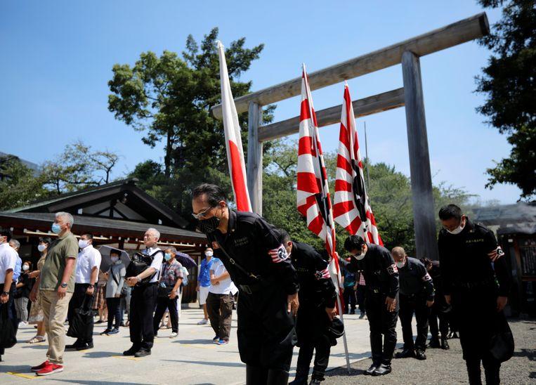 Bij de herdenking van de 75-jarige capitulatie van Japan in de Tweede Wereldoorlog bij de Yasukuni-tempel waren ook rechtse groeperingen in militair uniform aanwezig. Beeld REUTERS