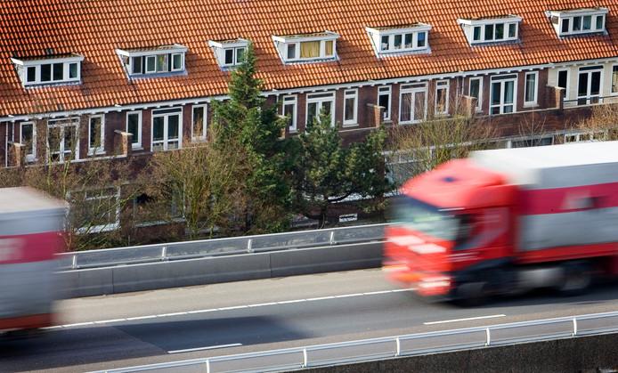 Woonhuizen langs de A13 in Rotterdam-Overschie.