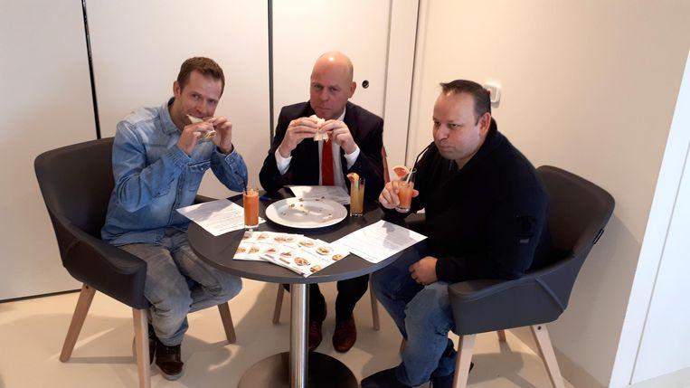 Kurt De Loor, Wim Verbesselt, projectcoördinator bij Colruyt en de gerant van Colruyt Zottegem eten een 2 euro-maaltijd.