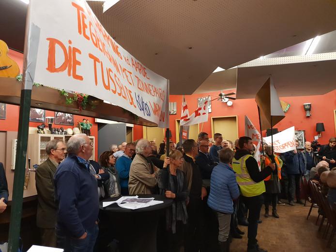 Archieffoto Tegenstanders zonnevelden Drimmelen voeren actie voor cultureel centrum Plexat in Wagenberg.