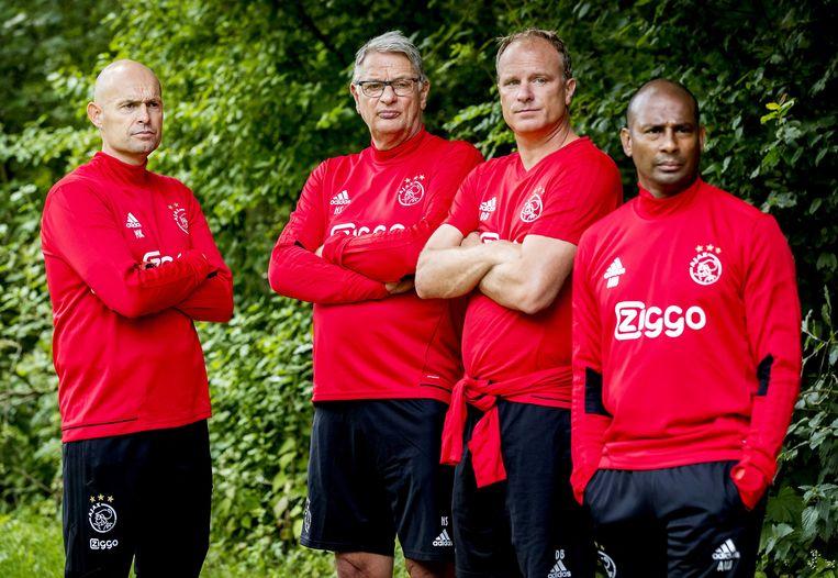 Afgelopen juni presenteerde Ajax Marcel Keizer (L) als nieuwe trainer. Tijdens tijdens een training in het Amsterdamse Bos wordt Keizer geflankeerd door Hennie Spijkerman, Dennis Bergkamp en Aron Winter . Beeld ANP