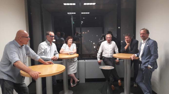 SP'ers Nico Heijmans (uiterst links) en Johan van den Hout (helemaal rechts) vieren hun zege met een sigaretje.