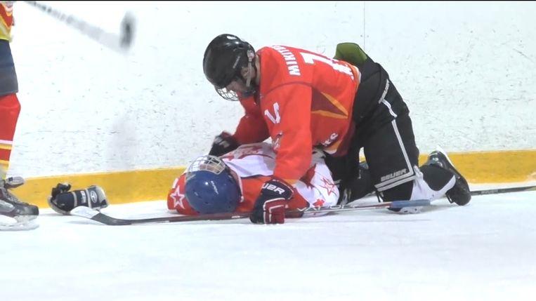 De hockeyspeler is op slag buiten westen.