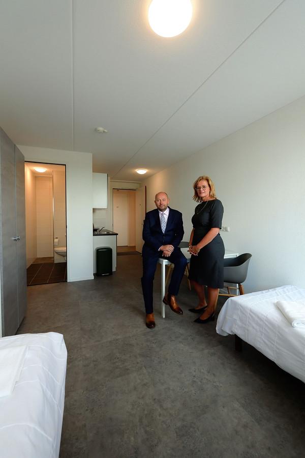 Henriette Petersen en Grzegorz Pawnuk, directieleden van uitzendbedrijf Pollux, in een van de studio's. De kamers zijn standaard uitgerust met keukenblok en badkamer.