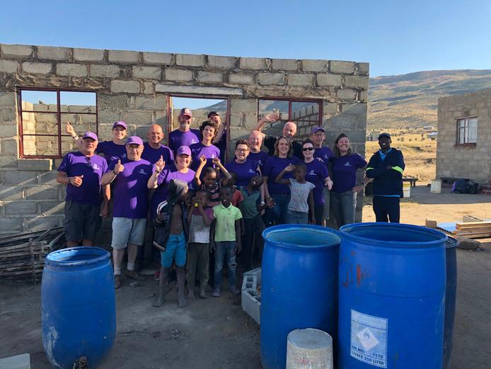 Een groep mensen uit Nuenen heeft in Zuid-Afrika huizen gebouwd voor de arme bevolking.