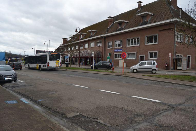 Het postgebouw ligt links als je net voor het station staat.