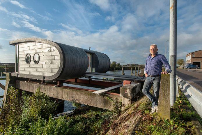 Erik Roelevink voor 'zijn' plastic kantoor.