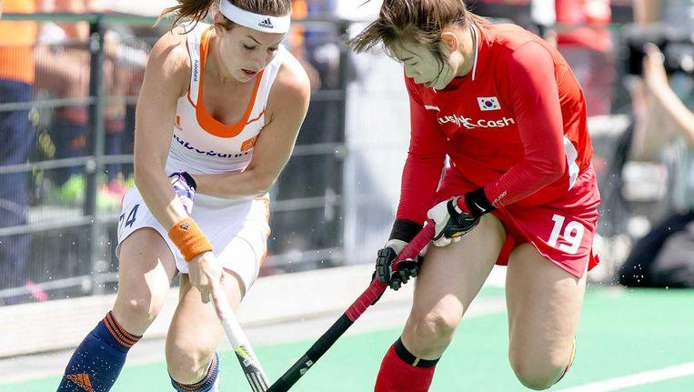 Eva de Goede (links) van Nederland in duel met Sunsoon Oh van Zuid-Korea in de halve finale van de Hockey World League. Beeld ANP