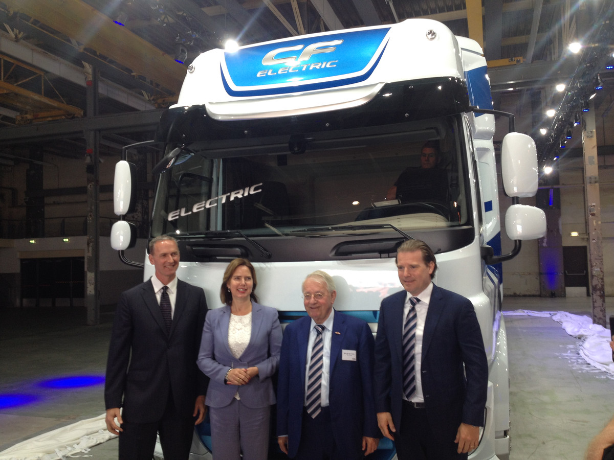 DAF-president Preston Feight, minister Cora van Nieuwenhuizen, commissaris Wim van der  Leegte  en  topman Willem van der Leegte van VDL bij de onthulling van de elektrische truck van VDL en DAF.