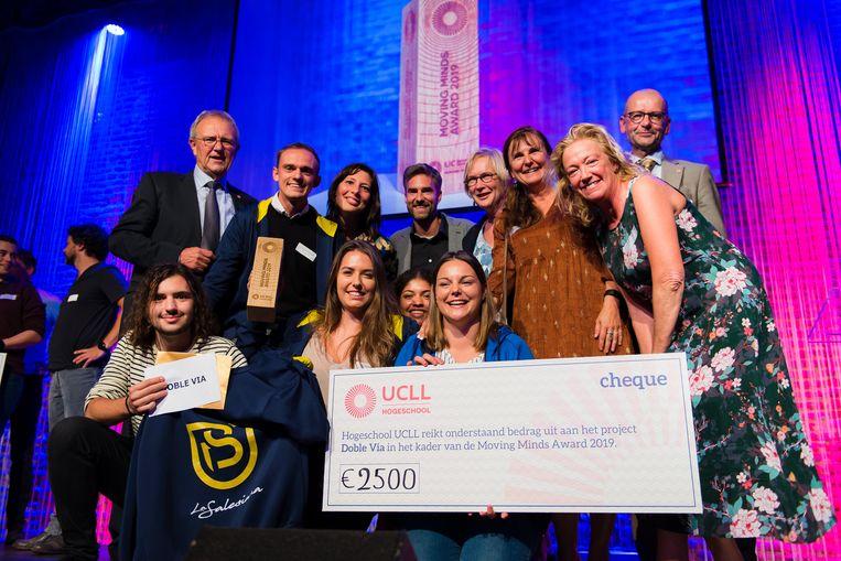 Doble Vía, het project van 11 studenten uit verschillende opleidingen aan de hogeschool ging met de unieke award en de cheque van 2.500 euro lopen.