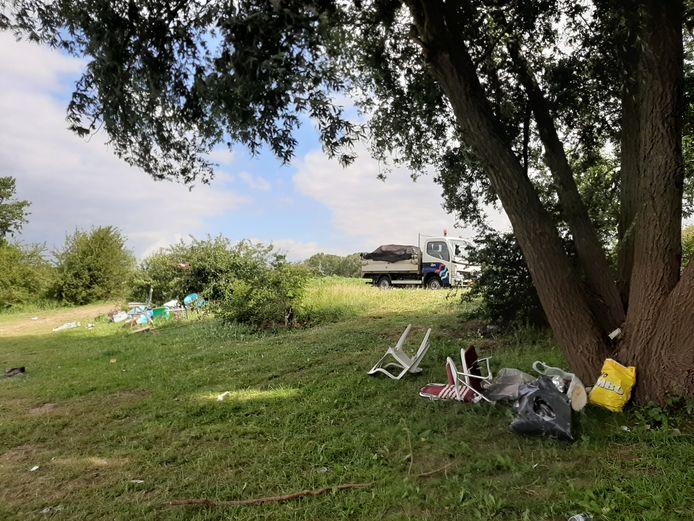 Zwerfafval bij 't Wild, gemeente Oss, langs de Maas. Het vrachtwagentje op de achtergrond is al helemaal vol geladen met rommel die hier óók lag.