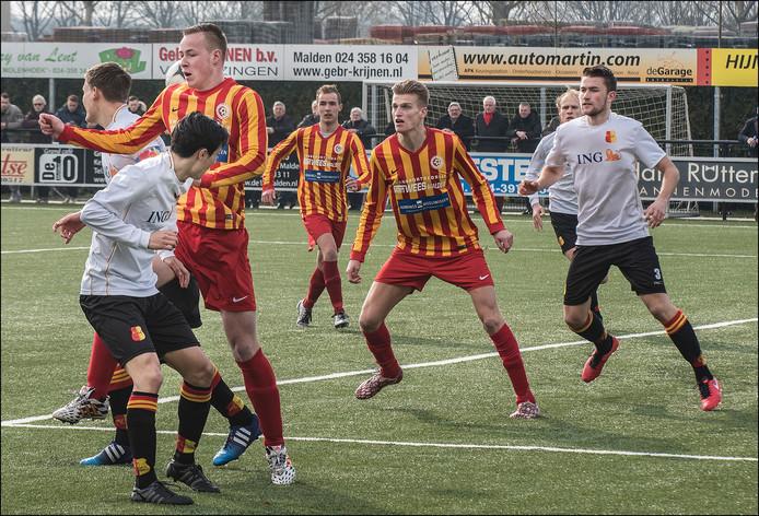 Daley Hoogakker kan net niet lekker bij de bal. Jordie van der Laan (midden) wacht af.
