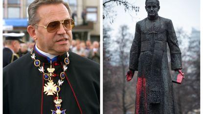 Neergehaald standbeeld van Poolse priester, verdacht van kindermisbruik, staat opnieuw recht