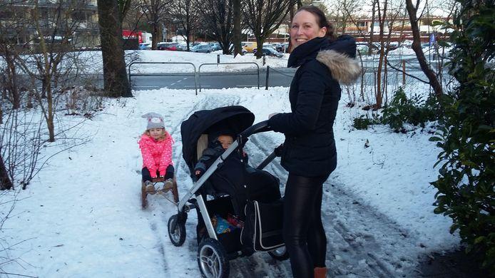In Doetinchem maakt Janine Wijnberg een wandeling met zoontje Hugo (8 maanden oud). Haar 2-jarige dochter Esmee zit op de slee.
