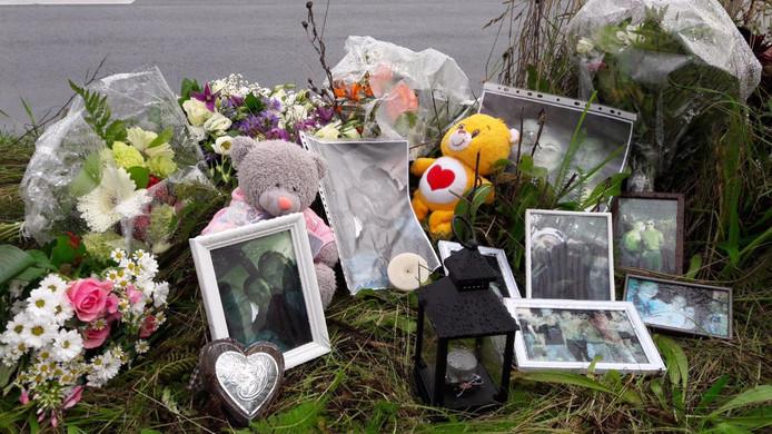 Bloemen en foto's langs N329 in Oss voor verongelukte jongeman