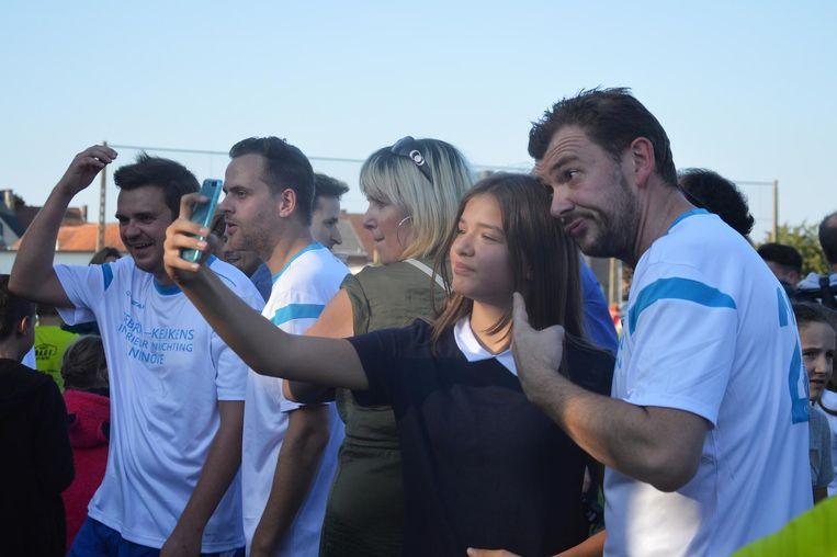 Een fan neemt een selfie met acteur Christophe Stienlet.