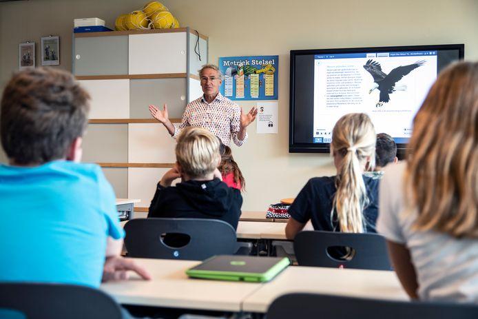 Leo Bosland, vorig jaar op bezoek bij groep 8 van basisschool De Komeet in Malden, om te praten over duurzaamheid.