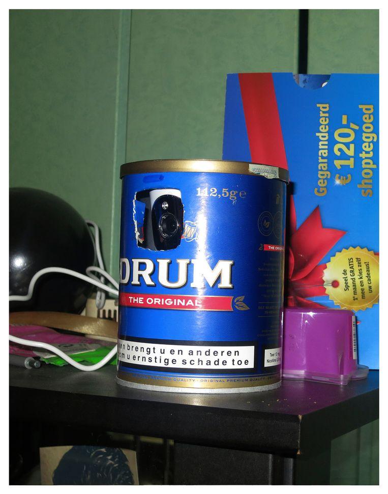 Een camera verstopt in een drum tabak.  Beeld Peter Hermanides