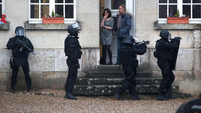 De speciale eenheid van de Franse politie houdt huiszoekingen in Longpont, een dorp met 294 inwoners, ten noorden van Parijs.