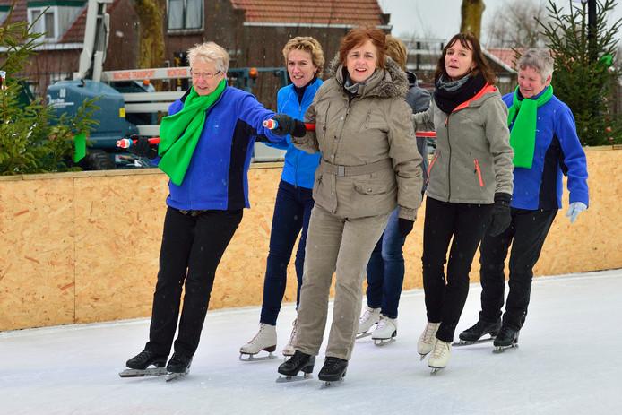 Liefhebbers van schoonrijden zwieren over het Oudewaterse ijs.
