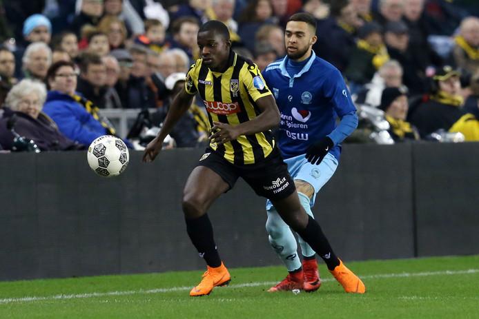 Lassana Faye schermt namens Vitesse de bal af tegen Excelsior.