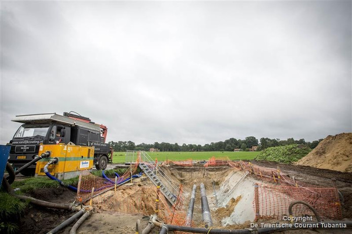 Aan de Bentertsteeg in Rossum wordt de laatste hand gelegd aan de gerenoveerde leiding.