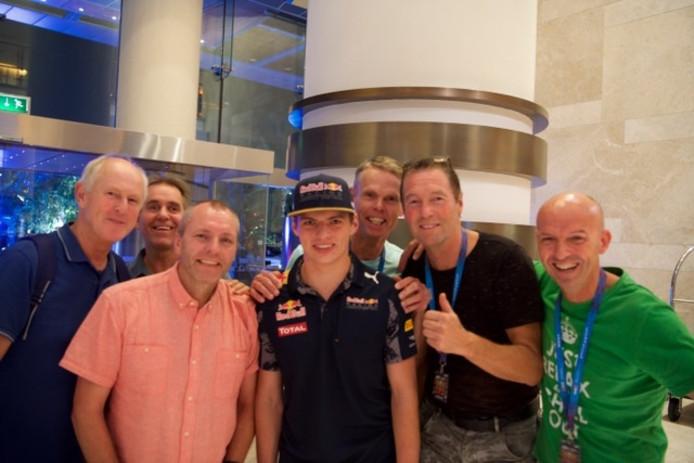 Max Verstappen wordt in Abu Dhabi omringd door Twentse fans. Foto: Alphons Weierink