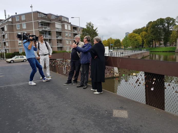 De drie Van Rossems met een cameraploeg in Breda.