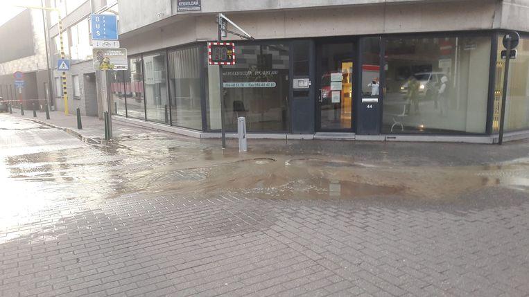 Het kruispunt van de Keukeldam en de Guido Gezellestraat staat onder water.