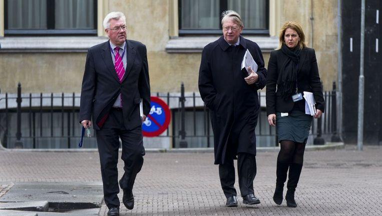 Minister van Defensie Hans Hillen (M) komt woensdag aan op het Binnenhof met secretaris-generaal Ton Annink. De minister moet vandaag in een debat in de Tweede Kamer opheldering geven over de misstanden in Den Helder. Beeld anp