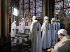 Casque sur la tête, l'archevêque donne la première messe à Notre-Dame depuis l'incendie