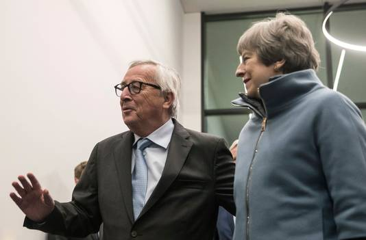 Jean-Claude Juncker, voorzitter van de Europese Commissie, verwelkomt Theresa May in Straatsburg