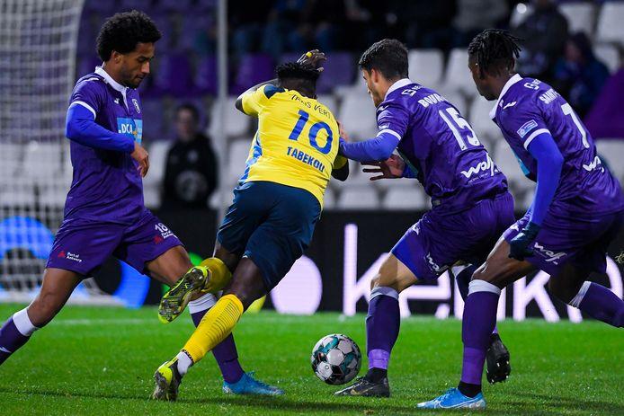 Sanusi (l.) in duel met Tabekou van Union.