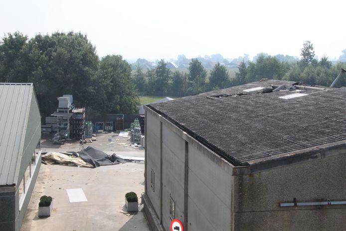Bij Metaalhandel Pillaert is een deel van het dak van een hangar afgerukt door de wind. Eerst vloog het op het dak van een andere loods, maar het belandde uiteindelijk op de koer.