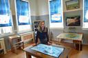 Anne van Hekke in een van de expositieruimtes in de Burghse Schoole.