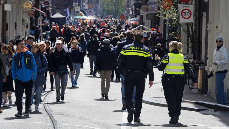 Koningsdag: extra agenten op straat in Amsterdam. De Amsterdamse politie wil discussie over het toestaan van hoofddoekjes bij agenten om meer moslimvrouwen te werven voor het corps. Beeld anp