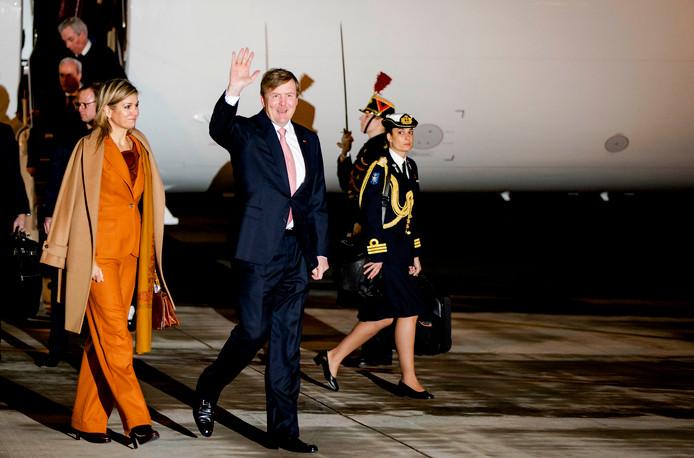Koning Willem-Alexander en koningin Maxima arriveren op vliegveld Velizy-Villacoublay.