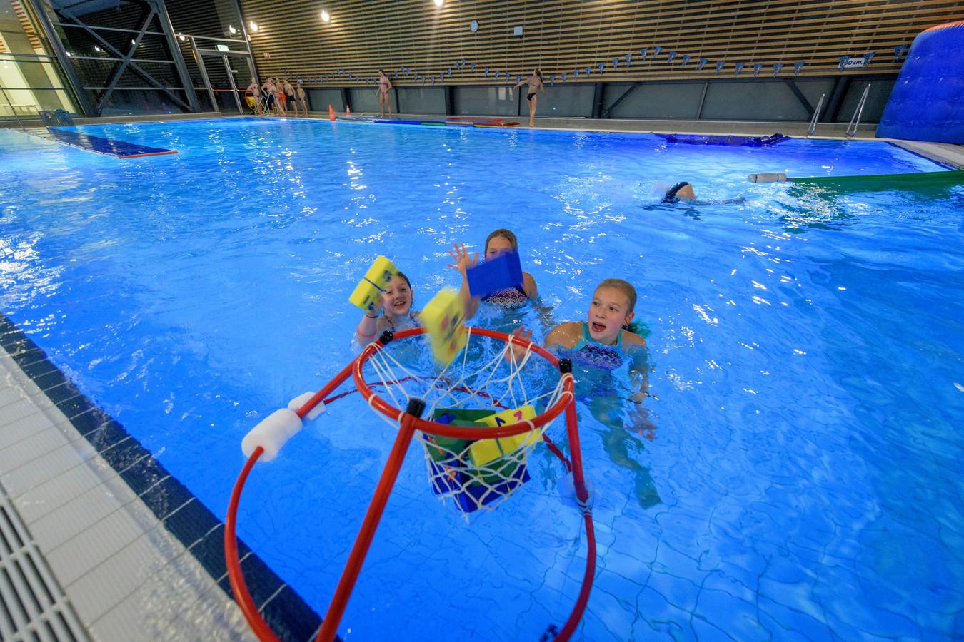 Lokaal Hellendoorn wil extra bezuinigen op zwembad het Ravijn.