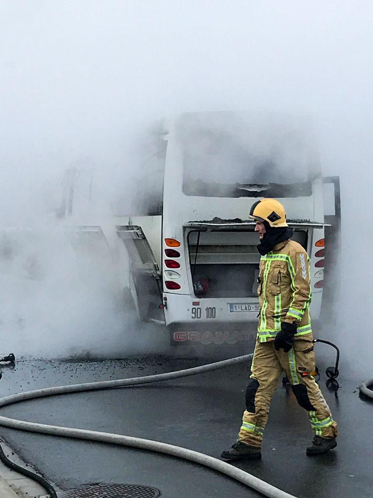 De busbrand ging met een grote rookontwikkeling gepaard.