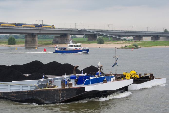 Een politieboot zoekt naar een persoon die vermoedelijk van de Waalbrug in Nijmegen is gesprongen.