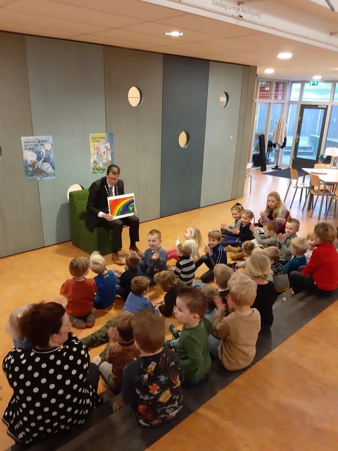 Burgemeester Joost van Oostrum als voorlezer bij de peuters in Rekken.