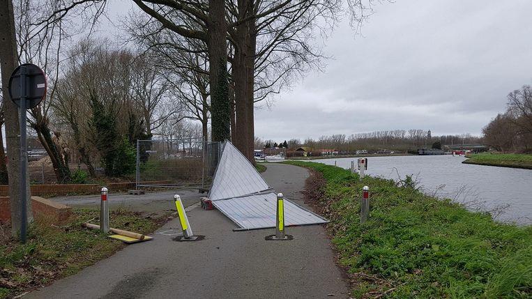 Ter hoogte van de jachthaven in Brugge waaiden enkele werfhekken omver.